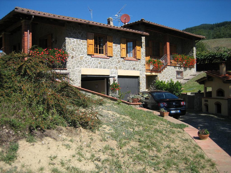 Casa di Peter, side of the house with garage