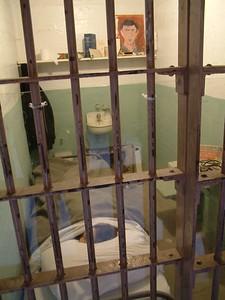 """Alcatraz - Cella del detenuto scappato dal condotto di areazione: ancora originale la """"messa in scena"""" del manichino per non insospettire le guardie; dal vivo sembra proprio un uomo che dorme - Ricordare il film """"Fuga da Alcatraz"""" 2004-03-02 at 20-17-52"""