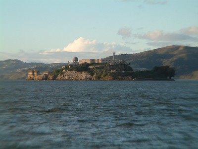 Fisherman's Wharf - Particolare dell'isola di Alcatraz: interessante perchË evidenzia la forma dell'isola che ricorda una nave in navigazione 2004-03-02 at 02-24-07