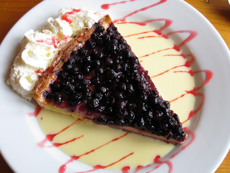 Blueberry pie with vanilla cream