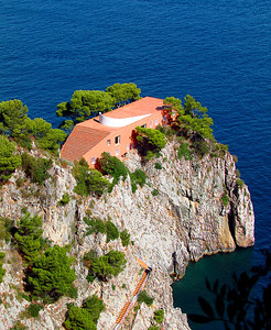 Modernist villa in Capri with water on 3 sides and a view to die for (which you might have a heart attack after climbing all those steps)!