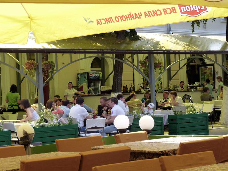 An outdoor restaurant on a pedestrian walk way in Yaroslavl.