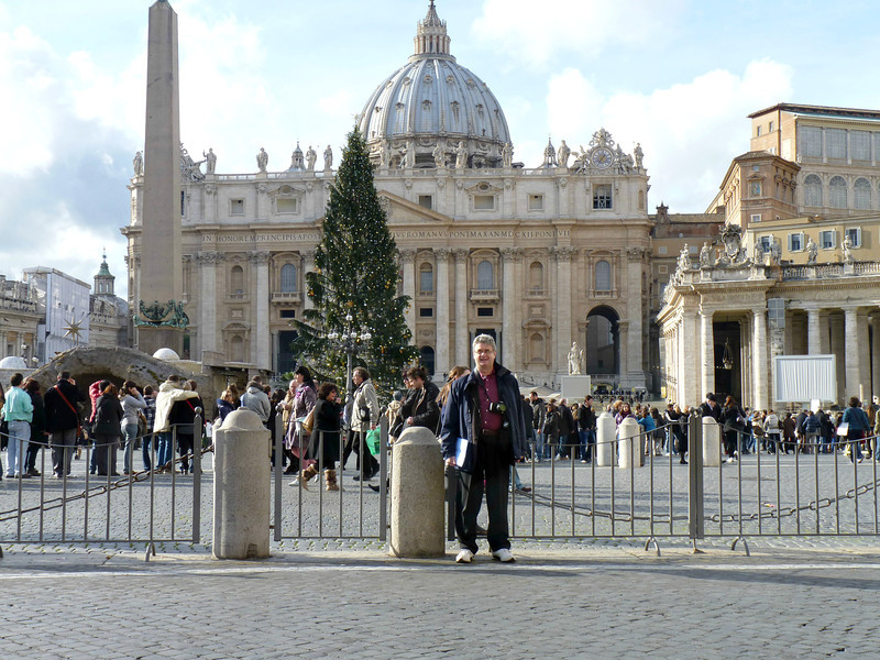 Rustem standing in front of St. Peter's Square. (Площадь Святого Петра)