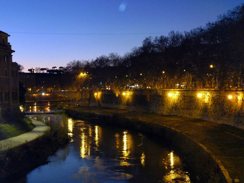 Crossing the Tiber towards the Trastevere neighborhood. Julius Caesar had his garden villa here & during the Middle Ages, it was predominantly a Jewish Quarter.