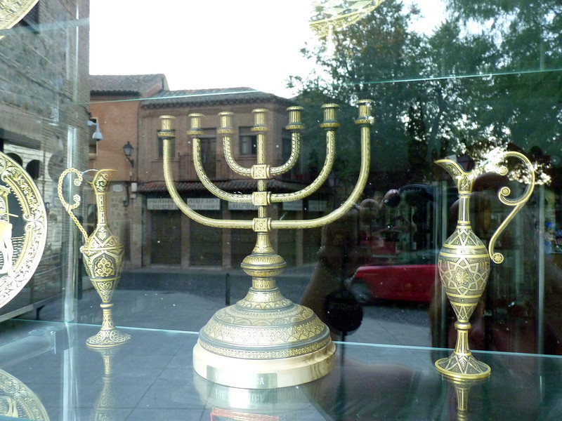 Menorah in the museum's window. (Synagogue El Tránsito).