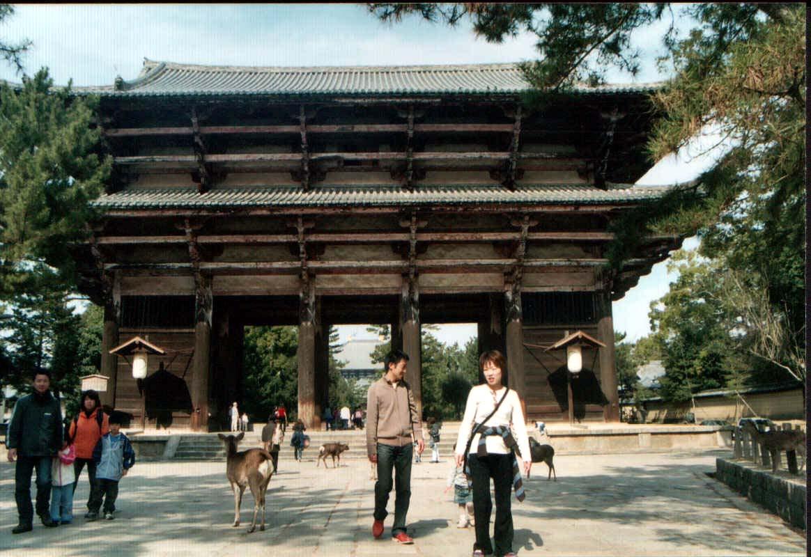 Nandaimon, la puerta de entrada al templo