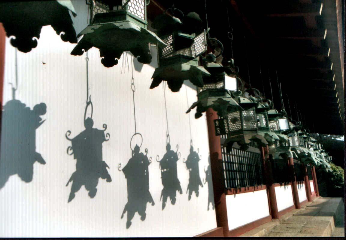 Kasuga-taisha y algunas de sus cientos de lamparas