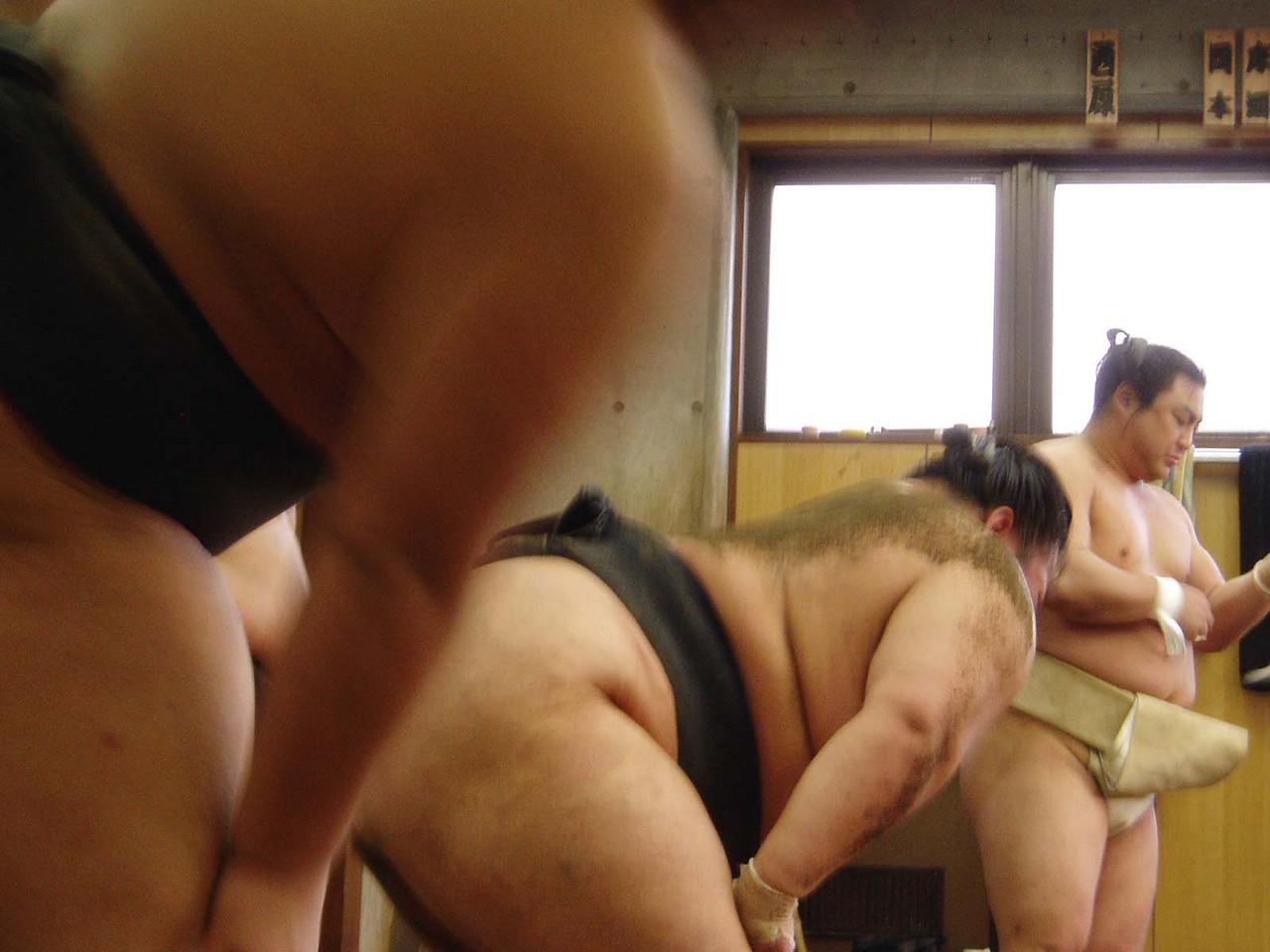 """La dieta de los luchadores de Sumo consiste en grandes cantidades de arroz  y """"chanko-nabe"""" (un cocido de carne, pescado y verduras) regadas con abundante cerveza y sake"""