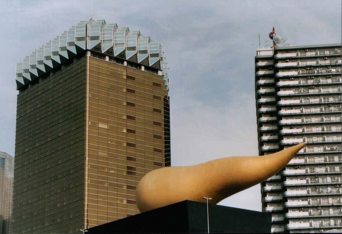 The Stark building, central de la cervecera Asahi.El edificio representa un vaso de cerveza con su espuma al borde.