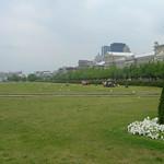 Grasveld tussen oude stad en de haven