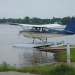 Watervliegtuig te water laten