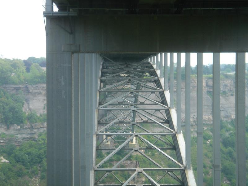Onder de brug die naar Amerika leidt