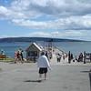 Pier van Perce met blik op het eiland voor de kust
