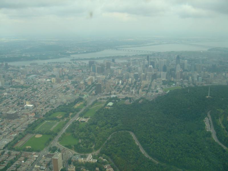 Centrum van Montreal achter de Mont Royal