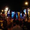De parade - een bonte stoet wandelaars en praalwagens