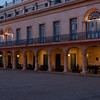 Een hotel in de avond