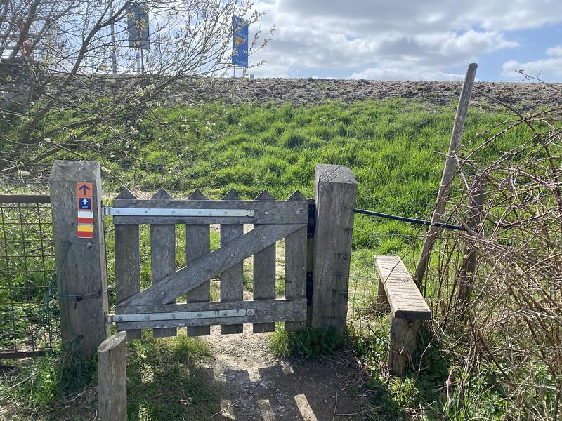 Dit hek wilde niet open, we moesten via het opstapje