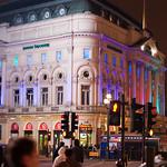Mooi verlicht gebouw op Piccadilly Circus