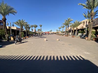 Plein met winkels en restaurants tussen de paleizen