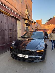 Porsche bij de oude stad, dat is raar.