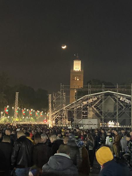 Koutoubia met maan; op de voorgrond een groot podium op Jeema El Fna plein