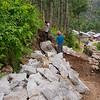 Enorme brokken steen splijten in grote brokken steen