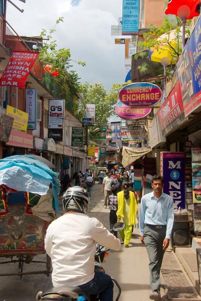 Typisch straatje in de wijk Thamel in Kathmandu