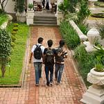 Jongens en mannen lopen regelmatig hand in hand of met de arm over elkaars schouder