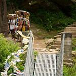 Porters (dragers) rusten uit voor ze de brug oversteken