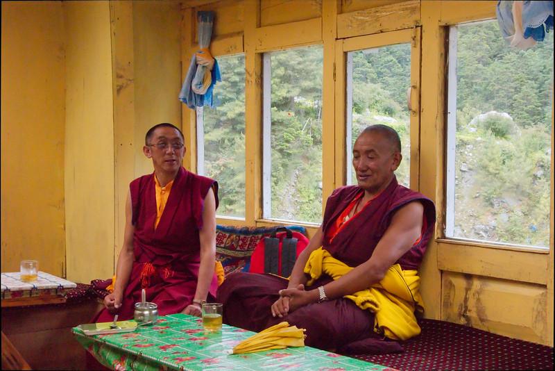 Monniken ook onderweg naar Tengboche, net als wij