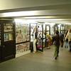 Tunnel onder weg door met winkeltjes