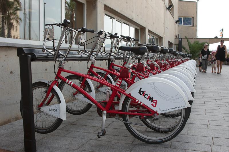Huurfietsen kun je op veel plaatsen in de stad halen en brengen