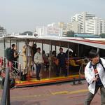 In- en uitstappen busboot
