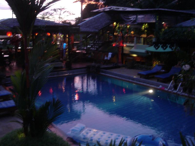 Avondimpressie van ons hotel op Phuket
