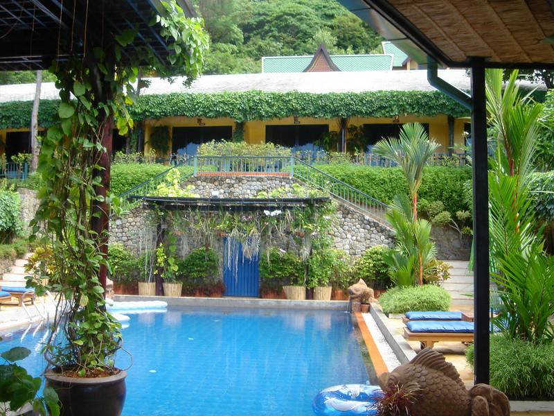 Impressie van ons hotel; bovenaan de trap rechts is onze kamer