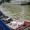 Onze boot stopt zodat wij iets kunnen kopen