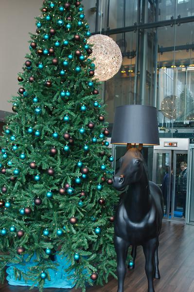 Paard met schemerlamp op zijn hoofd in ons hotel