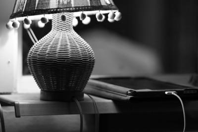 Lampa och ipad i svartvit
