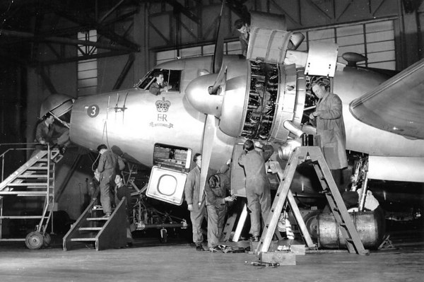 <font size=3><u> - Vickers Viking - </u></font> (BS0325)  Ac maintenance on Vickers Viking Mk C2 in Hangar D at RAF Benson.