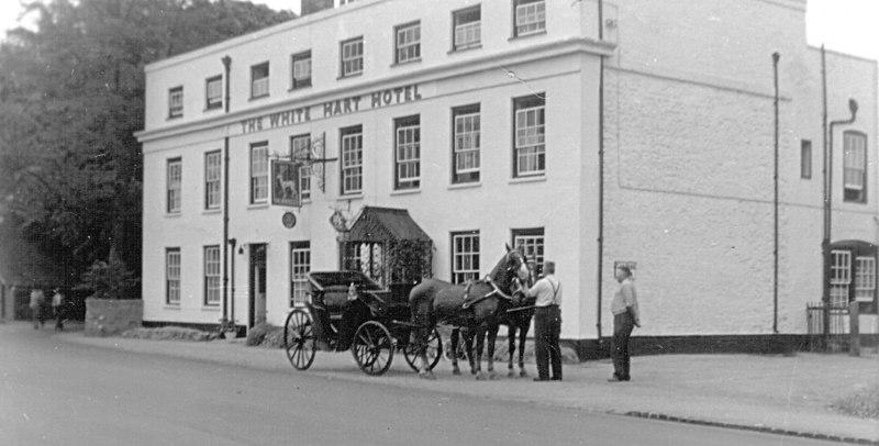 <font size=3><u> - Open Landau - Mid 1920s - </u></font> (BS0273)  White Hart Hotel.