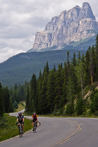 Cyclistes & Castle Mountain -  Bow Valley Parkway (Highway 1A)