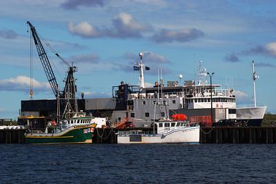 Bateaux de pêche et Nordik express au quai de Natashquan