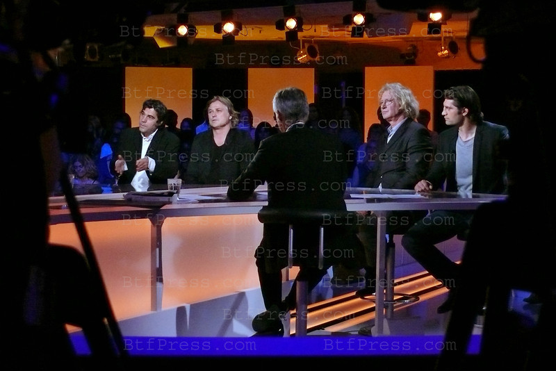 Vendredi sur un Plateau is a new show by Cyril Viguier on France 3, Fiona Gelin, Jean Claude Bouttier,....with famous guest( other set) former French President Valery Giscard d'Estaing, Actress Mireille d'Arc,Astronaut Buzz Aldrin,Actor Antony Delon, the show will begin in september 2011.