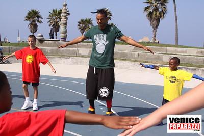 08 23 09 Venice Beach Basketball League   www veniceball com (7)