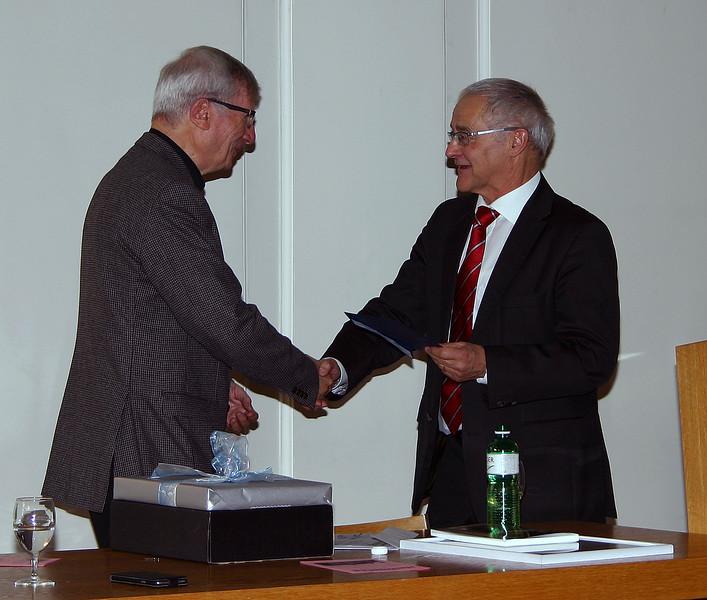 Präsident Willi Korner wird durch den Vicepräsidenten Josef Steiner geehrt mit der Verleihung der Ehrenmitgliedschaft und beschenkt mit der neuen Ausgabe der 'Diepold-Schilling-Chronik'.