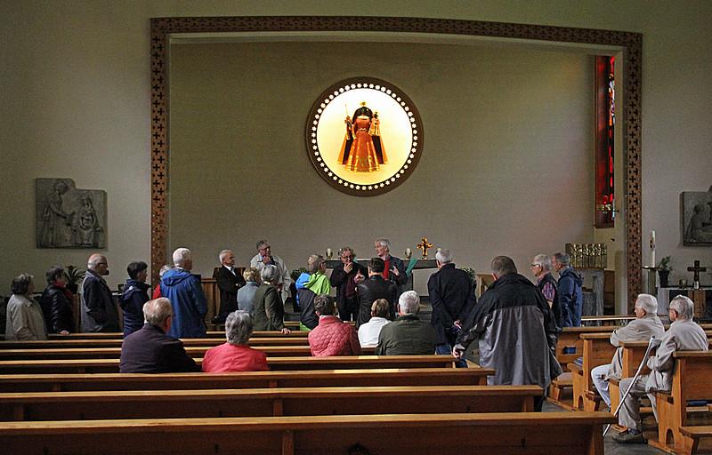Schwarze Madonna und Glasmalerei in der Wallfahrtskirche. Foto Bruno Bieri