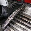 Tunn aluminium som vikts över plastlocken - typiskt Audis ingenjörer att tro att det ska hålla. Att sedan fästa en tung slang som går under hela motorn och upp på baksidan gör allt så mycket värre.