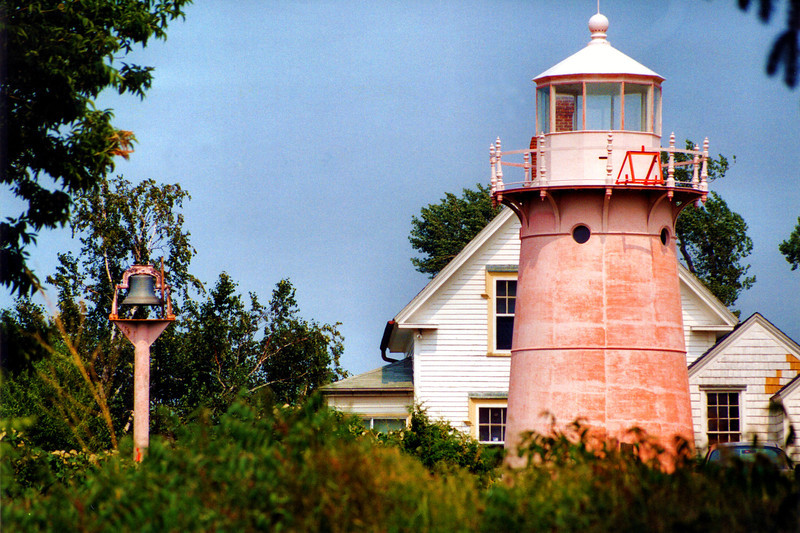 The station was supplied with a bronze fog bell to be rung in times of limited visibility.  The tower was made of prefabricated iron plates and is identical to the tower found at Point Montara in California (which was originally located at Mayo Beach, Massachusetts).  It has Italianate cast railings, arched windows and molded cornices.  The tower and lantern were painted bright red as a daymark.