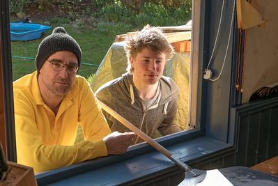 Paul und Wolfgang nehem am Fenster die Pizzen ab.