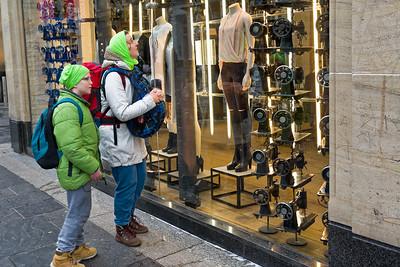 """Helga wollte in Glasgow auf der """"Style Mile"""" shoppen gehen. Leider waren die Geschäfte noch geschlossen."""